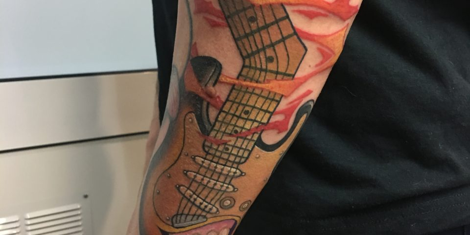 FAMILY ART TATTOO JAVISAE – GUITARRA DIENTES